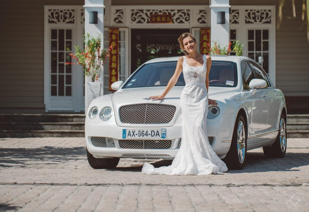 Bentley Continental et une jeune mariée devant un hôtel à l'Île de La Réunion